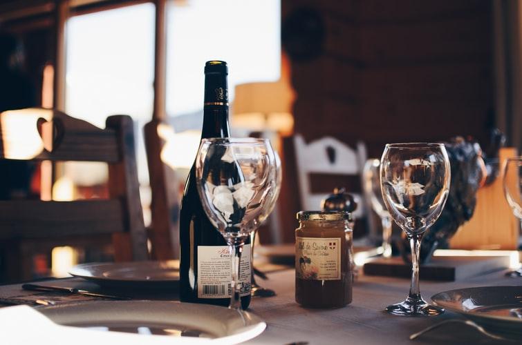 O que é e como funciona a taxa de rolha em um restaurante