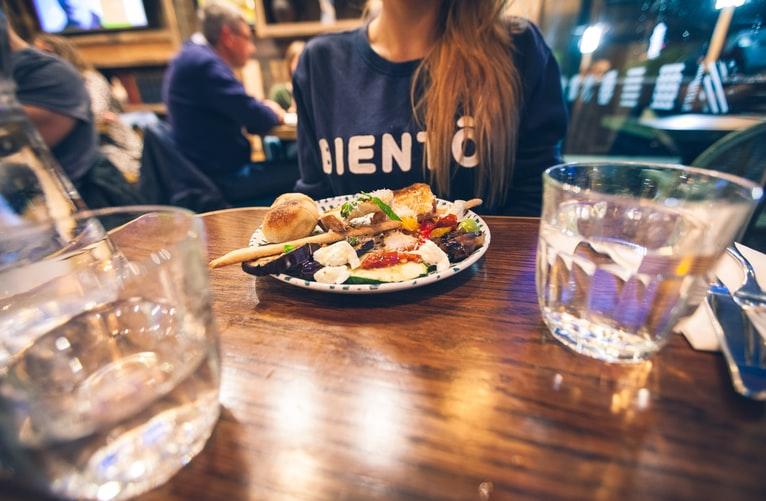 Água grátis como forma de fidelizar o cliente do restaurante: saiba mais a respeito